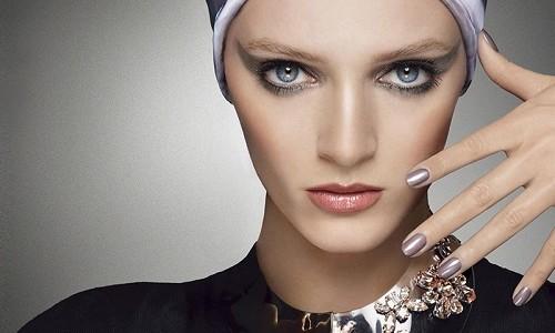 """<h2><a href=""""http://www.maquibella.es/larga-vida-al-color-intensifica-tu-mirada-con-las-sombras-de-ojos-mystic-metallic-dior-en-tonos-violeta-verde-y-oro/"""">Larga vida al color. Intensifica tu mirada con las sombras de ojos Mystic Metallic Dior en tonos gris, verde y oro<a href='http://www.maquibella.es/larga-vida-al-color-intensifica-tu-mirada-con-las-sombras-de-ojos-mystic-metallic-dior-en-tonos-violeta-verde-y-oro/#comments' class='comments-small'>(0)</a></a></h2>En estos días tan apagados de otoño, donde las hojas se caen y el sol apenas sale a relucir, Dior ha pensado en animarlo con su presentación de Mystic Metallics"""
