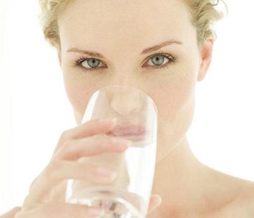 beber agua en las comidas engorda