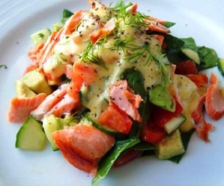 ensalada de aguacate y salmón