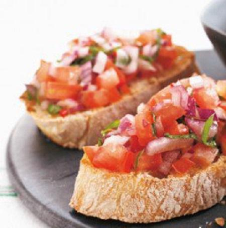 montadito de tomate y albahaca