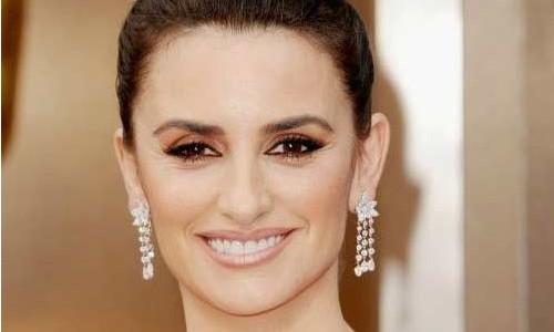 """<h2><a href=""""https://www.maquibella.es/copia-el-maquillaje-de-las-famosas/"""">¡Copia el maquillaje de las famosas!<a href='https://www.maquibella.es/copia-el-maquillaje-de-las-famosas/#comments' class='comments-small'>(7)</a></a></h2>Hoy, en Maquibella, tenemos la suerte de contar con la colaboración especial de la bloggera, La chica que viste de rojo, una apasionada de la moda y del maquillaje que"""