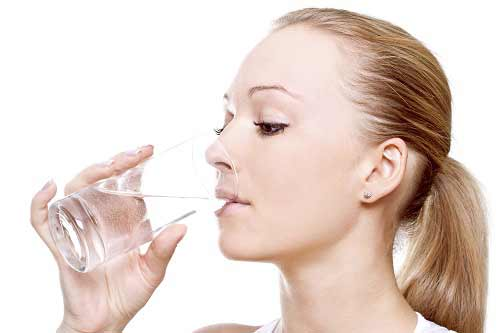 mujer-tomando-agua